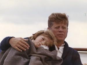 Foto mostra o ex-presidente dos EUA John F. Kennedy em um iate com sua filha Caroline em Massachusetts, em 25 de agosto de 1963. No dia 22 de novembro completa 50 do assassinato do presidente Kennedy (Foto: Cecil Stoughton/The White House/John F. Kennedy Presidential Library/Reuters)