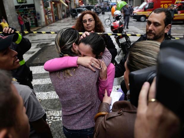 Mulheres se abraçam após o desfecho do caso em que uma mulher invadiu um escritório de advocacia com um revólver e fez uma refém no Centro de São Paulo (Foto: Newton Meneses/Futura Press/Estadão Conteúdo)