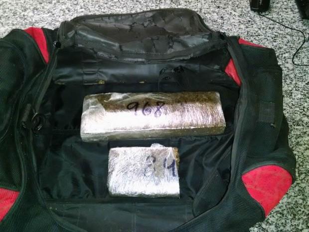 Dois tabletes da droga foram encontrados na mochila da adolescente (Foto: Divulgação/Polícia Militar)