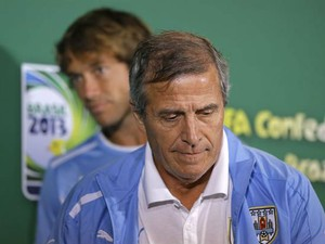 O técnico da seleção do Uruguai, Óscar Tabárez, e o zagueiro Lugano ao fundo (Foto: Robert Ghement/EFE)