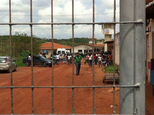 Após revista de parentes, vários celulares foram encontrados pelos agentes (Foto: Diêgo Torres/Imirante)