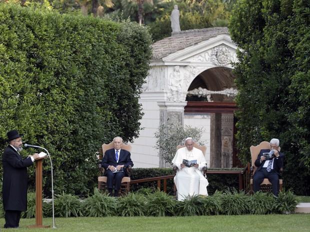 O papa Francisco, o presidente de Israel, Shimon Peres, e o presidente da Autoridade Nacional Palestina, Mahmoud Abbas, iniciaram oração neste domingo (8) nos Jardins do Vaticano (Foto: AP Photo/Gregorio Borgia)