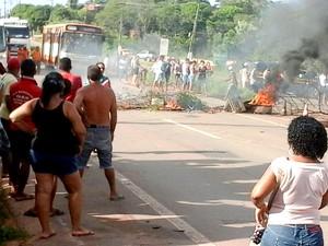 Para bloquear trânsito, moradores queimaram objetos (Foto: Divulgação/PRF-MA)