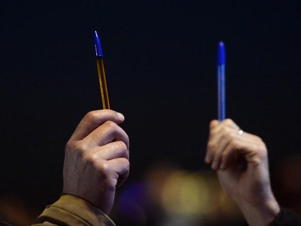 Em Marselha, manifestantes levantam canetas durante ato em homenagem aos mortos no ataque à revista Charlie Hebdo (Foto: AFP Photo/Boris Horvat)