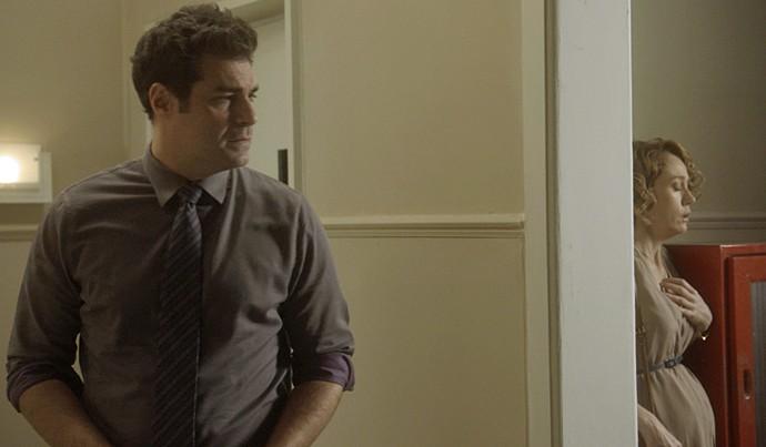 Vitória se esconde de Ciro no corredor (Foto: TV Globo)