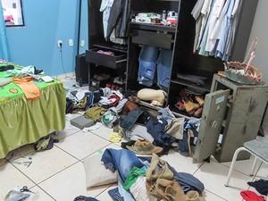 Bandidos reviraram a casa do empresário em Buritis (Foto: Rosivan Morais/Arquivo Pessoal)