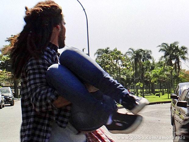 Ninho carrega Paulinha no colo para dentro do carro (Foto: Amor à Vida/TV Globo)