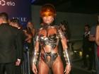 Sabrina Sato usa fantasia futurista em baile de carnaval