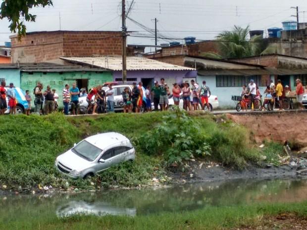Carro caiu na borda do canal do Arruda, na Zona Norte do Recife (Foto: Thiago Vinícius / Whatsapp)