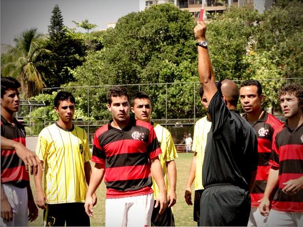 Leandro leva cartão vermelho  (Foto: Avenida Brasil / TV Globo)