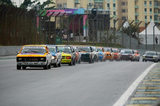 O pelotão dos Olds chegando na reta para a largada da primeira corrida de domingo (21). (Foto: Divulgação/Humberto Silva)