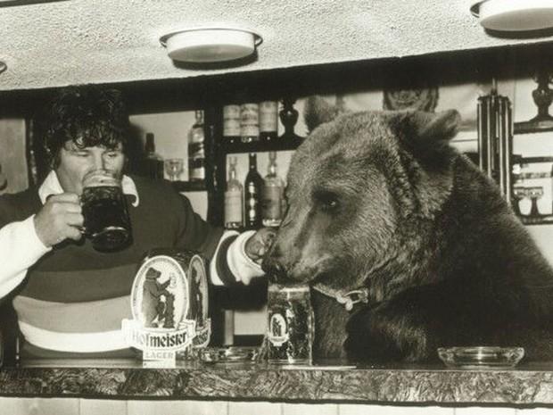 Urso frequentava o pub administrado pela família, mas 'não gostava muito de cerveja', diz Maggie (Foto: BBC/Hercules the Bear A Gentle Giant in the Family I Maggie Robin)