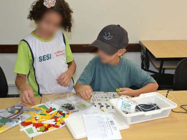 Crianças podem fazer curso de robótica com legos aliado a idiomas (Foto: Sesi/ Divulgação)