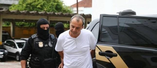 O ex-governador do Rio, Sérgio Cabral, chega ao IML de Curitiba (PR) acompanhado por agentes da Polícia Federal (Foto: Geraldo Bubniak)