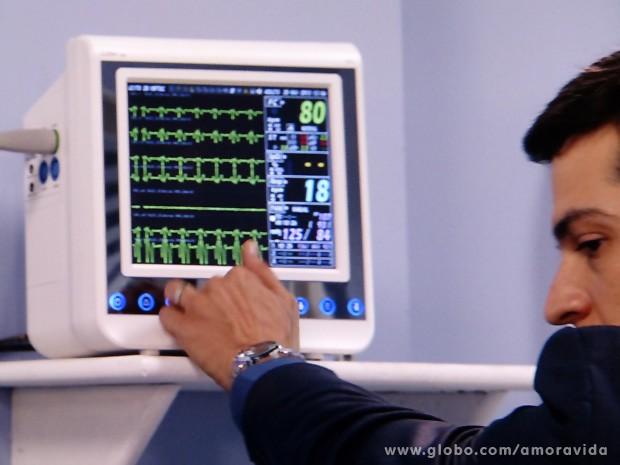 Ele diminui o volume das máquinas para não chamar a atenção (Foto: Amor à Vida / TV Globo)
