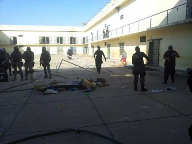 Detentos queimaram colchões e bateram grades durante motim nesta segunda-feira (25) (Foto: Wallber Virgolino/Seap)
