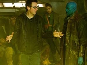 O diretor James Gunn com Michael Rooker em 'Guardiões da Galáxia' (Foto: Divulgação)