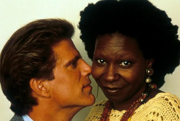 Em meio as gravações de 'Feita por Encomenda', em 1992, os protagonistas Ted Danson e Whoopi Goldberg acabaram se envolvendo seriamente. Tanto, que Danson acabou tendo de se divorciar da esposa, a produtora Casey Coates. Foi um pequeno escândalo na época. (Foto: Getty Images)