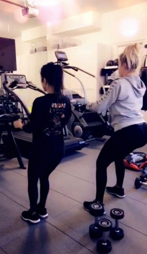 Khloe e Kourtney Kardashian malham juntas (Foto: Reprodução/Snapchat )