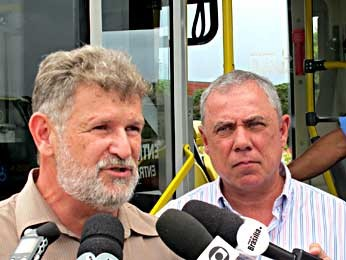 O secretário de Transportes, José Walter Vazquez, e o diretor do DFTrans, Marco Antonio Campanella, durante entrevista (Foto: Lucas Nanini/G1)