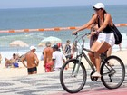 Malu Mader pedala na orla da Zona Sul do Rio
