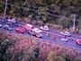 Carro capota e trava o trânsito na Barragem do Paranoá, na DF-001