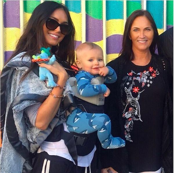 A atriz Megan Fox com o filho caçula e a mãe (Foto: Instagram)