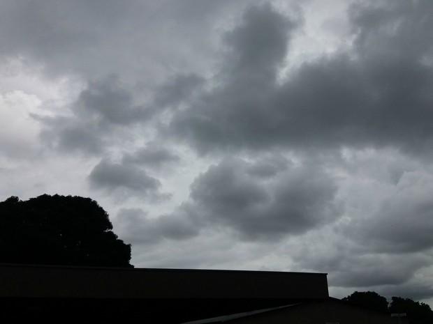 Choveu levemente em alguns pontos de Campo Grande e céu ficou fechado na tarde desta quinta-feira. (Foto: Nathália Rabelo/ G1 MS)