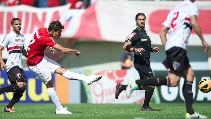 Alex contra o São Paulo (Foto: Alexandre Lops / Inter, DVG)