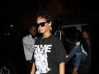Rihanna usa bolsa com folha de maconha estampada para jantar