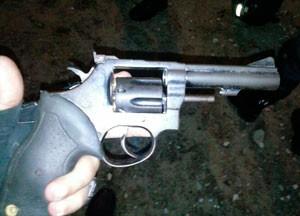 Arma apreendida durante a fiscalização; rapaz foi preso (Foto: Divulgação/Polícia Militar do RN)
