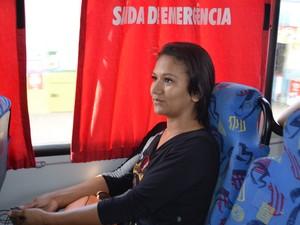 Universitária Hanna Tavares, 22 anos, lamenta não poder pagar todos os dias pelo transporte (Foto: Maiara Pires/G1)