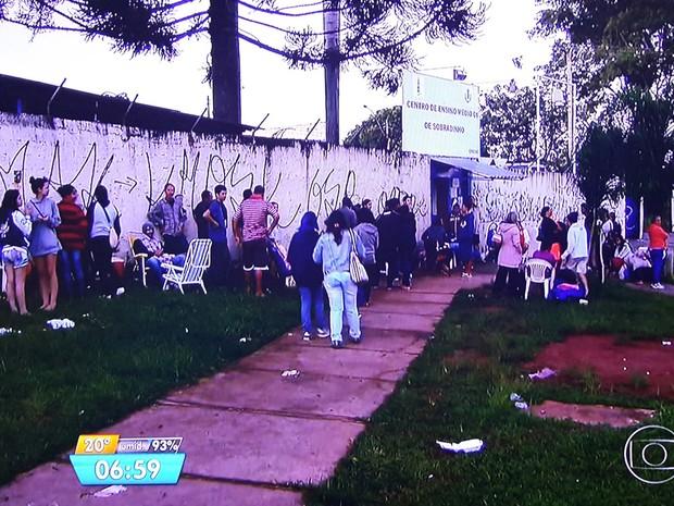 Pais 'madrugam' em calçada de escola pública do DF para confirmar matrícula' (Foto: TV Globo/Reprodução)