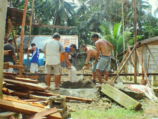 Terremoto nas Filipinas deixou casa de família destruída; projeto ajudou na construção de um novo imóvel (Foto: Divulgação)