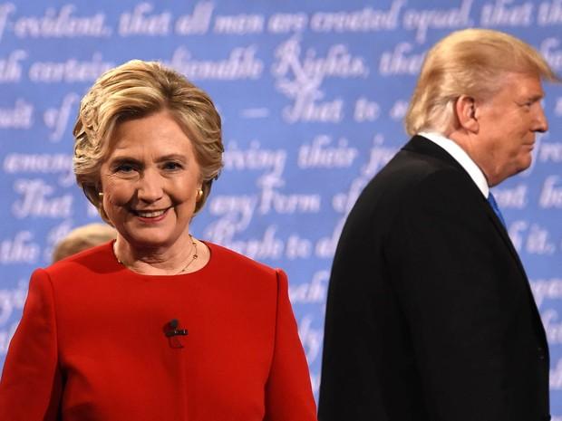 Os candidatos à Presidência dos EUA, Hillary Clinton e Donald Trump, deixam o palco ao final do primeiro debate presidencial realizado para as próximas eleições, na Universidade Hofstra, em Hempstead, Nova York (Foto: Timothy A. Clary/AFP)