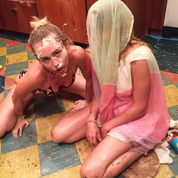 Miley Cyrus e amiga (Foto: Instagram / Reprodução)