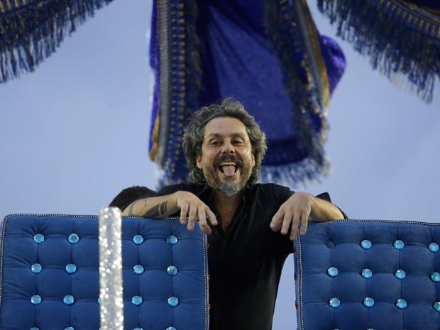 Alexandre Nero faz careta no alto do carro (Foto: Artur Meninea/Gshow)