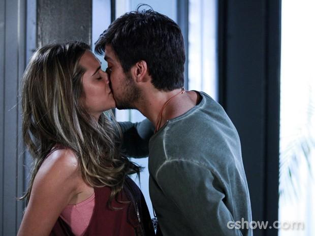 Marlon não resiste e beija Lili (Foto: Ellen Soares/TV Globo)