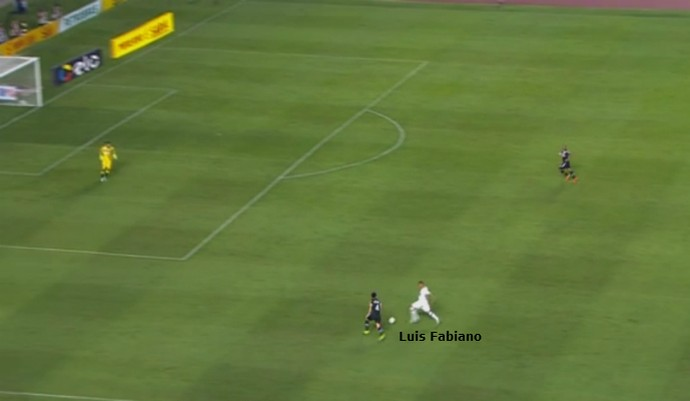 Luis Fabiano faz desarme no campo de ataque. Centroavante foi bastante combativo no primeiro tempo (Foto: GloboEsporte.com)