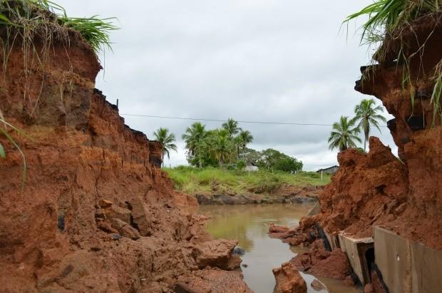 Galeria na BR-364 não suportou força da água  (Foto: Magda Oliveira/G1)