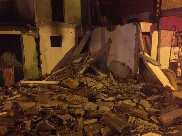 Parte da casa foi destruída com a explosão (Foto: Walter Paparazzo/G1)