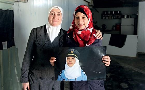 A síria Fatima,39 anos,e a filha Melak,de 15 anos (Foto: AHMAD ABDO/AFP/ÉPOCA)