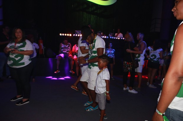 Lázaro Ramos e Taís Araújo dançando com seus filhos (Foto: DILSON SILVA / Agnews)
