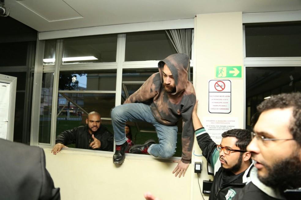 Manifestantes entraram na Câmara, na terça-feira (13), pulando as janelas (Foto: Rodrigo Fonseca)