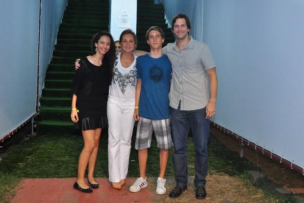 Adriana Esteves e Vladimir Brichta com os filhos (Foto: Roberto Teixeira / EGO)