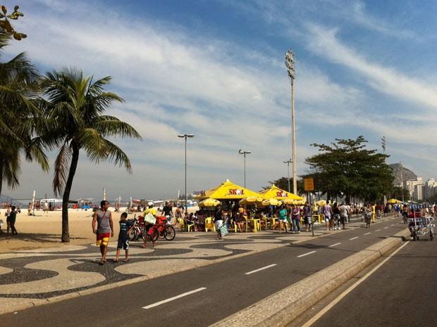 Calçadão da praia de Copacabana está movimentando neste domingo (Foto: Lilian Quaino/G1)