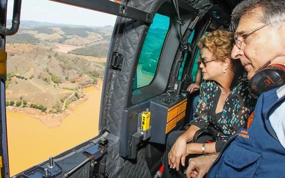Presidente Dilma Rousseff durante sobrevoo das áreas atingidas pelo rompimento das Barragens Fundão e Santarém. (Região de Mariana - MG, 12/11/2015) (Foto: Roberto Stuckert Filho/PR)