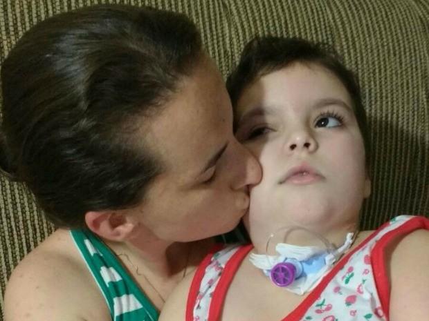 Indionara e a filha Ana: as duas moram sozinhas após a morte do pai da menina (Foto: Indionara Steimbach/Arquivo pessoal)