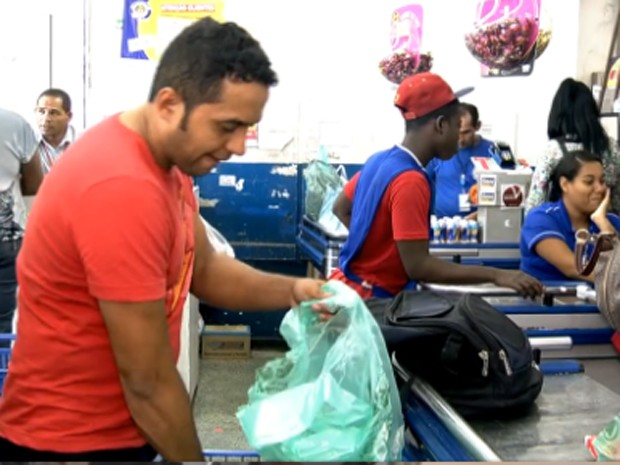 Consumidor embala mercadorias com sacolinha  (Foto: Reprodução/ TV Globo)