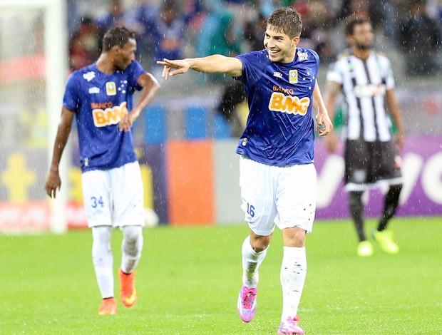 Lucas Silva comemoração jogo Cruzeiro x Figueirense (Foto: Cristiane Mattos / Futura Press)